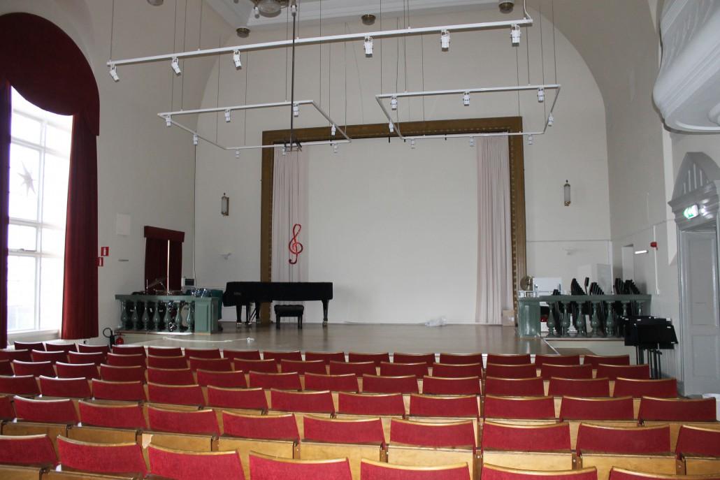 Rosenfredskolans aula har tekniska finesser för ljus och ljud.