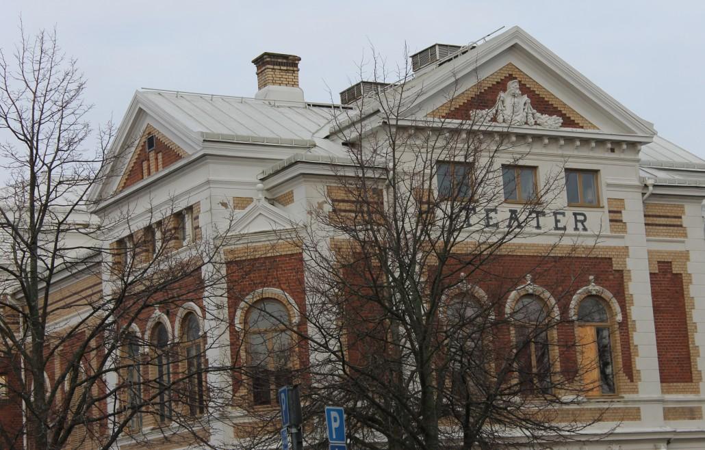 Varbergs Teater är en integrerad del av biblioteket. Här kan man fylla inte bara parkett utan även två balkonger av körlystna besökare i hundratal.